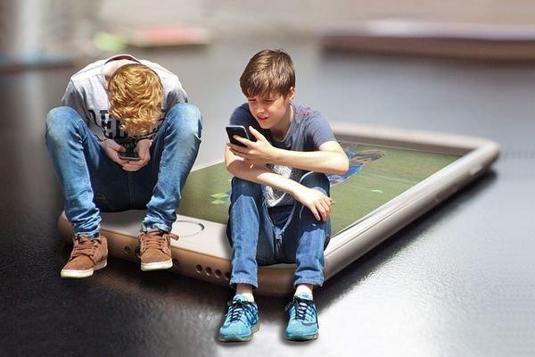 Опрос Norton: Родителей пугает увлечение детей мобильными устройствами