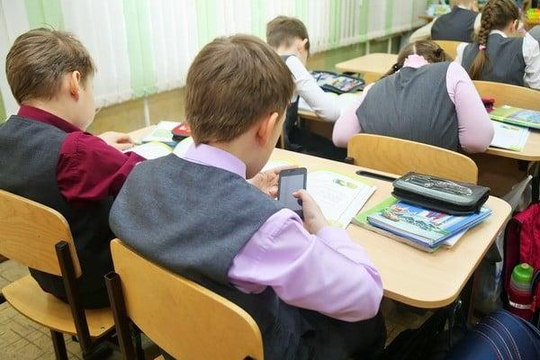 Для российских школьников разработают особые «шкулфоны», потому что смартфоны им могут запретить