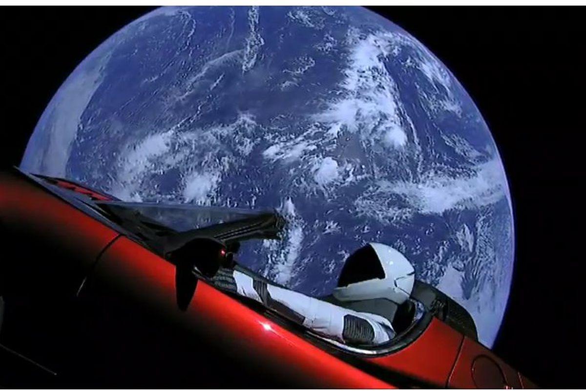 После твитов Илона Маска о намерении убрать акции компанииTesla c биржи, их стоимость подскочила с 340 до 380 долларов