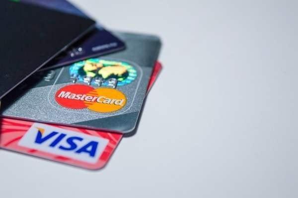 «Райффайзенбанк»: жители крупных городов чаще пользуются кредитными картами