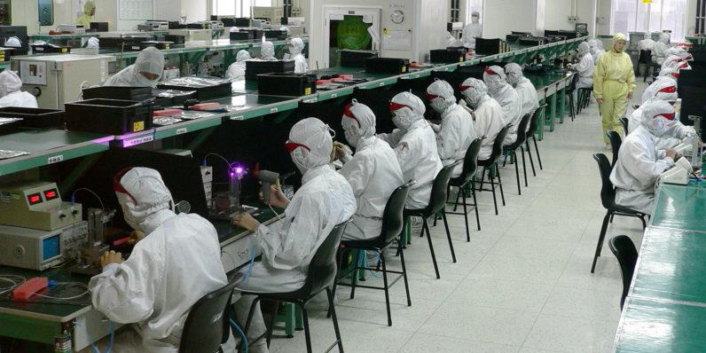 Сборщики iPhone массово увольняют десятки тысяч рабочих