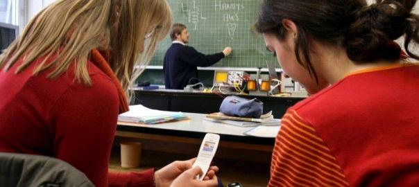 Опрос: большинство россиян поддерживаютзапрет мобильных телефонов в школах