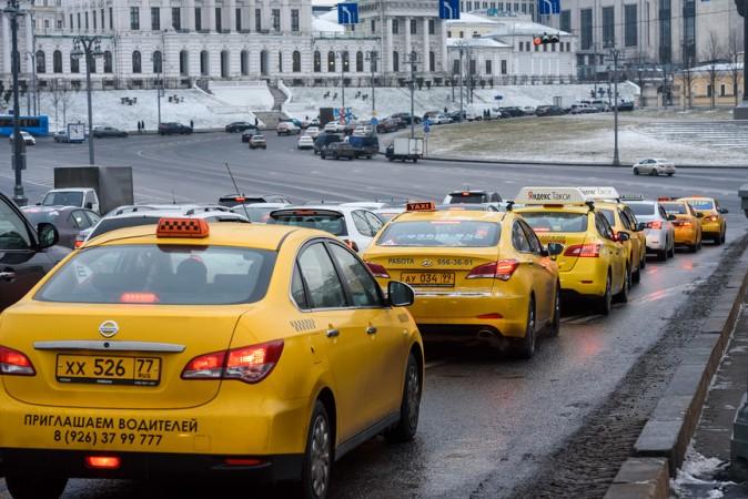 Власти Москвымогут обязать агрегаторов такси ввести гарантированную зарплату для водителей