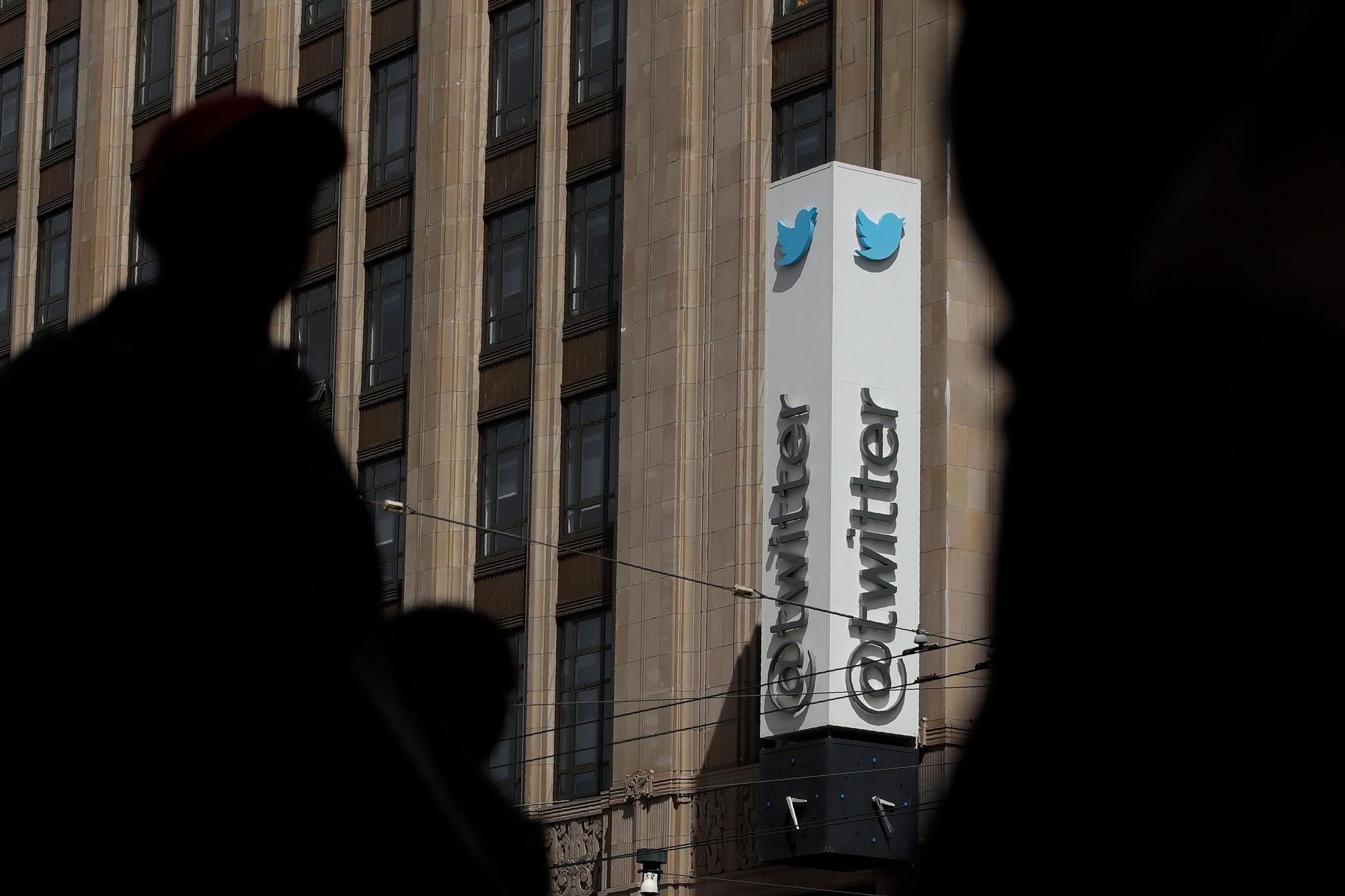 Twitter подал иск к российскому приставу