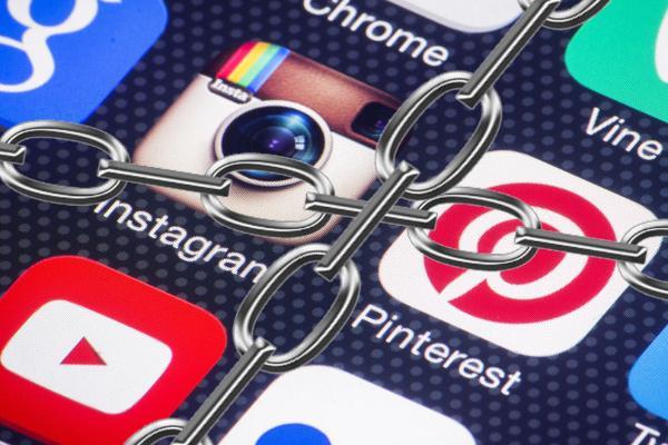 Соцсети обязали удалять запрещенный контент