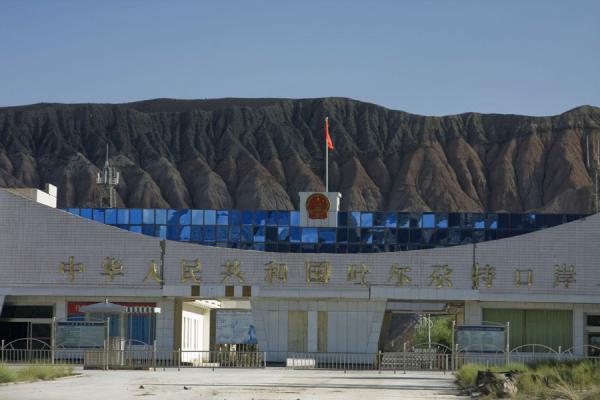 Китайские пограничники проверяют смартфоны въезжающих на запрещённый контент